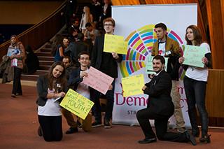Vols participar al Fòrum Mundial sobre Democràcia?