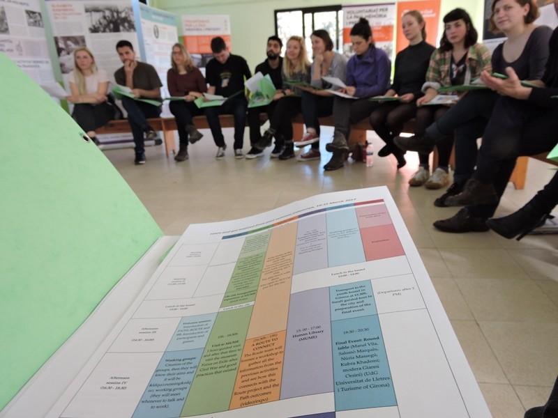 "Participa organitzant el seminari ""Violence vs Volunteering"""
